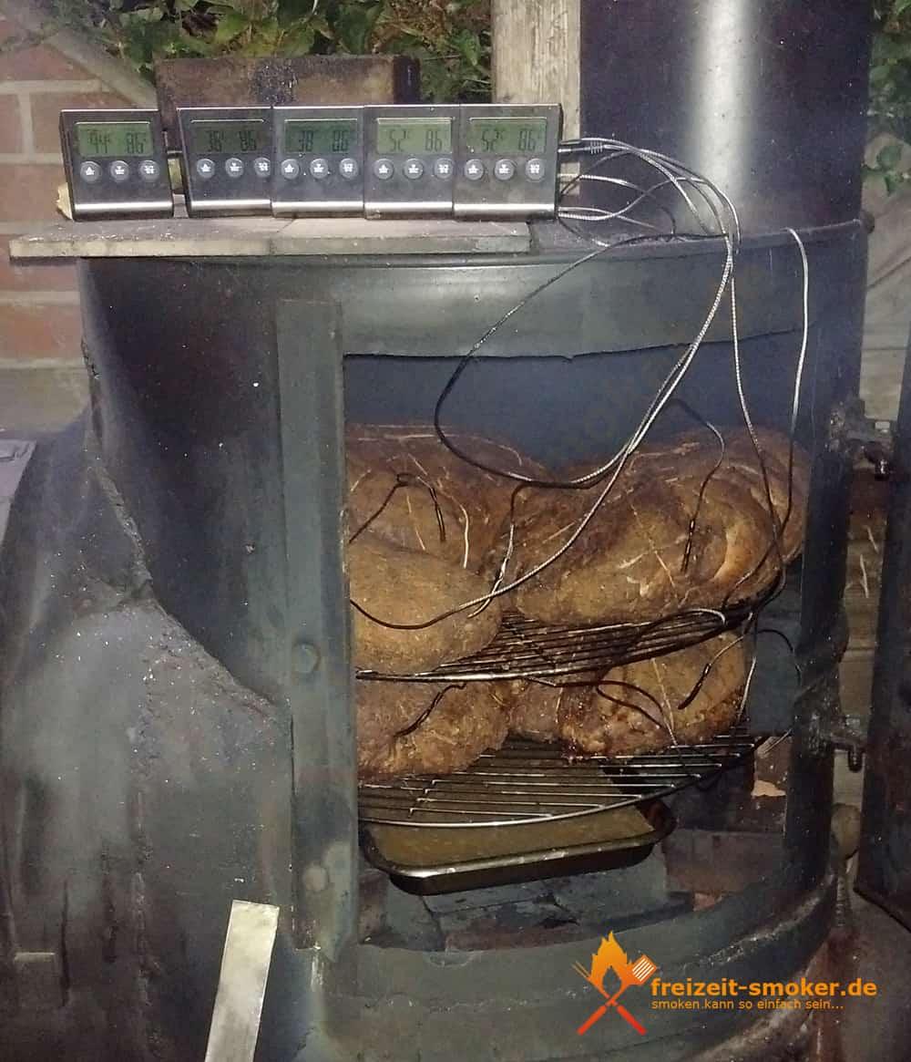 Pulled-Pork-Schweine-Schulter-in-der-Nacht