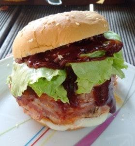 gefüllter Burger mit Baconrand