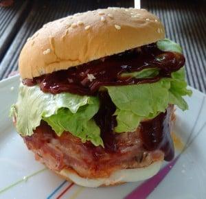 gefuellter Burger mit Baconrand