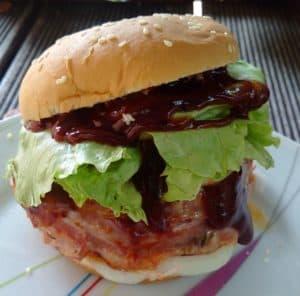 Selbstgemachter Burger mit Bacon