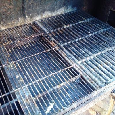 grill reinigen nehmen sie die grillroste wieder heraus und reinigen sie diese grndlich mit. Black Bedroom Furniture Sets. Home Design Ideas